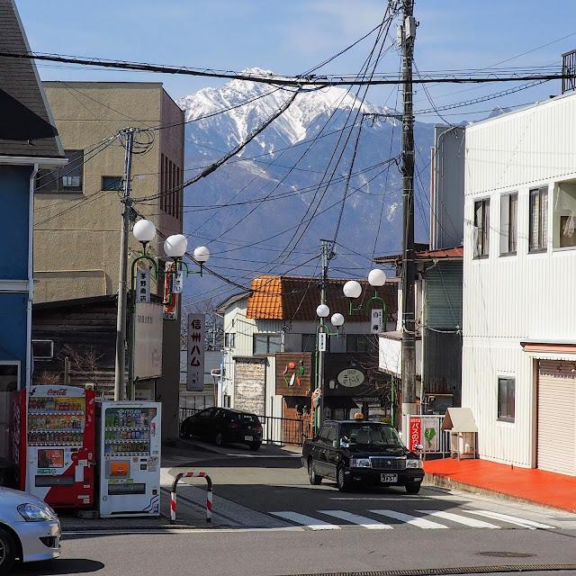 小淵沢駅前