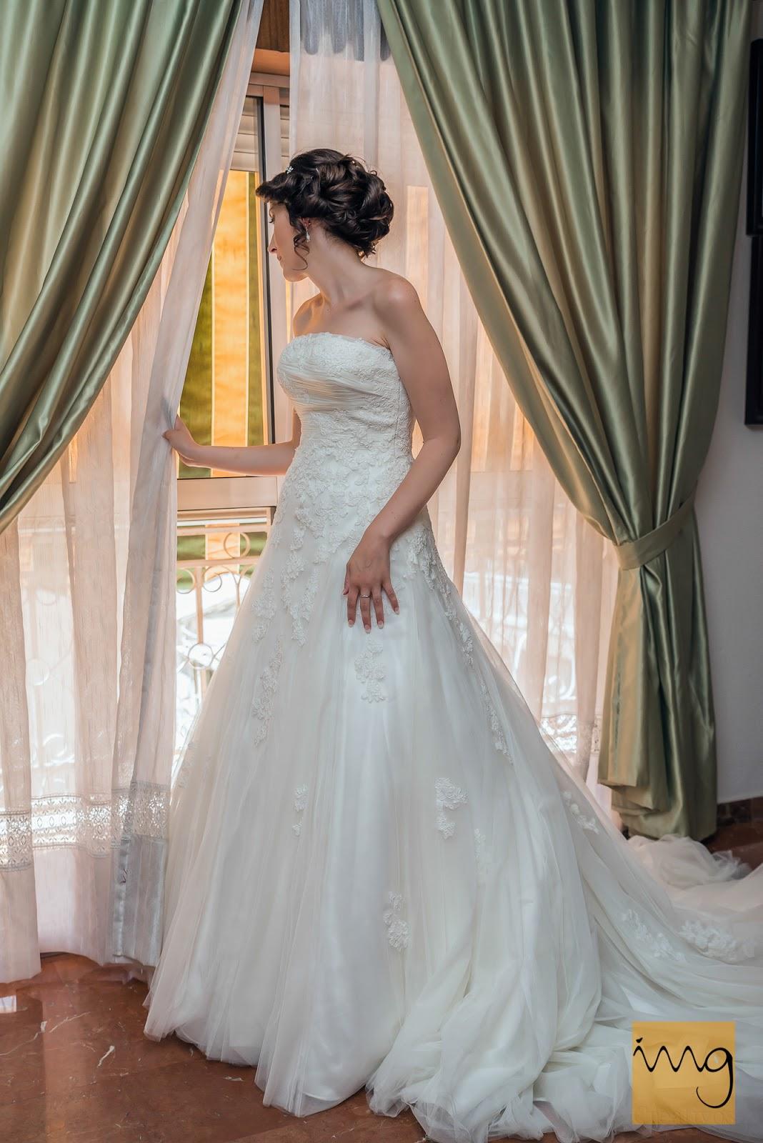Fotografía de la novia mirando por la ventana