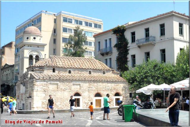La Iglesia Kimisi Theotokou Mitropoleos o iglesia Pantanassa se encuentra en medio de la plaza Monastiraki en Atenas