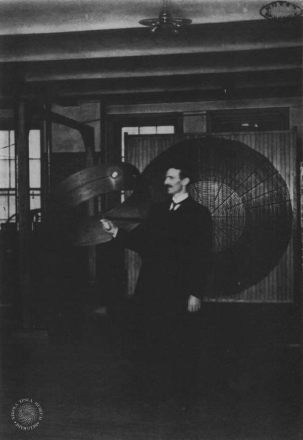 Se representa aquí Nikola Tesla durante una manifestación de la transmisión inalámbrica de la electricidad. Marzo de 1899.