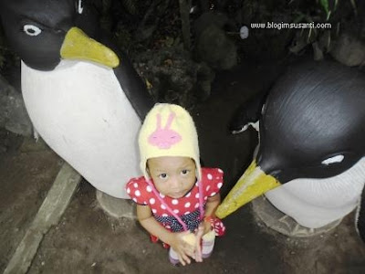 Berfoto bersama patung penguin di Kebun Binatang Surabaya