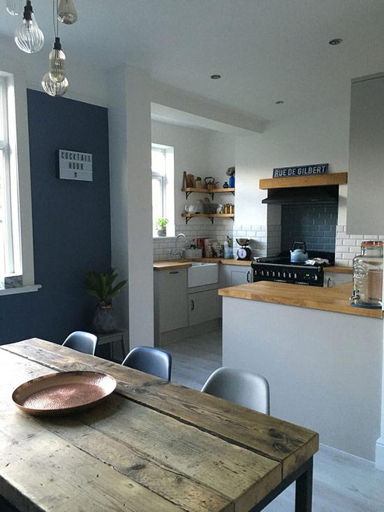 Không gian phòng ăn và phòng bếp theo phong cách mid-century modern với nội thất là những món đồ có bề mặt bằng gỗ ấm áp.