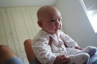 Bebé de 3 meses sentado