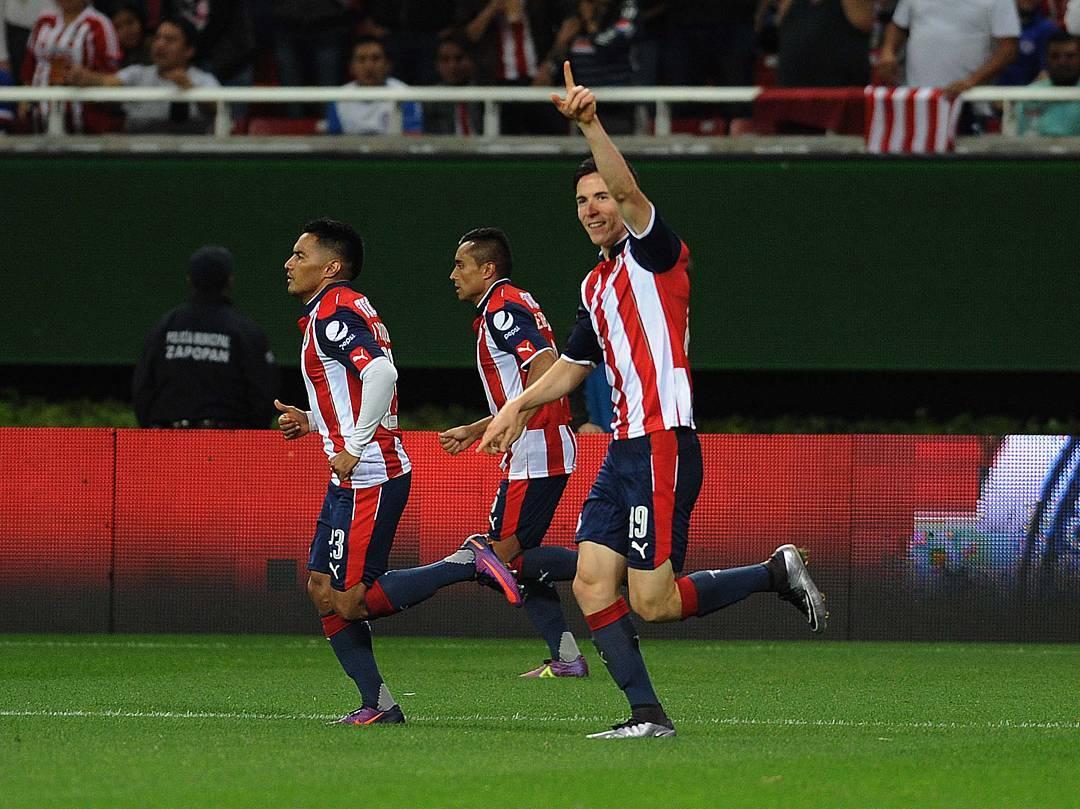 Marco Bueno celebra su gol ante Cruz Azul.