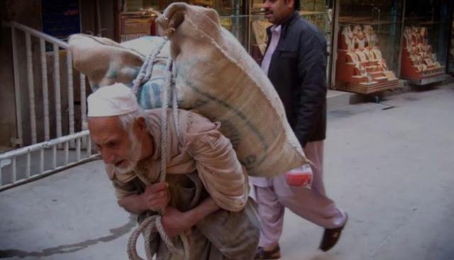 Mengharukan! Demi Sesuap Nasi, Pria Tua Ini Tiap Hari Angkut 100 Kg Tepung di Punggungnya
