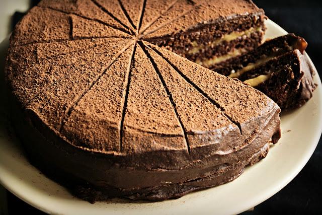 Κέικ σοκολάτας με γέμιση καραμέλας