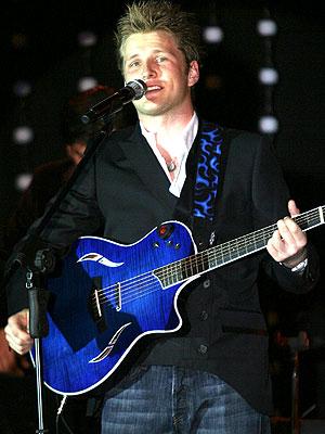Foto de Alexander Acha cantando en el escenario