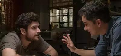 Marco Pigossi recebe instrução do cineasta Carlos Sandanha em gravação de Cidade Invisível