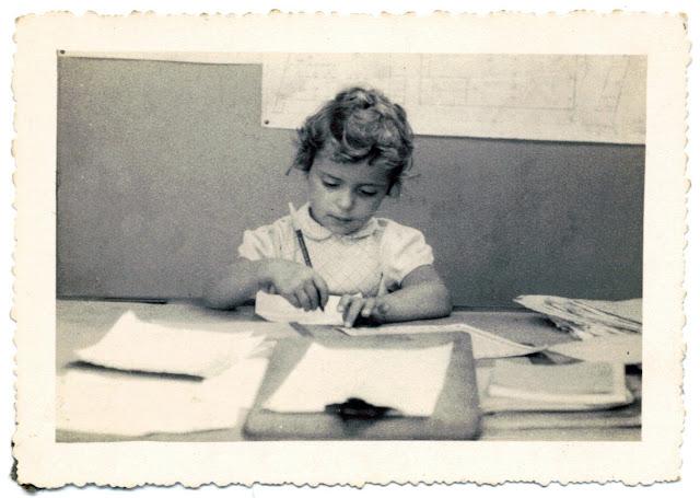 Com 5 anos, na escrivaninha de meu pai na Olivetti
