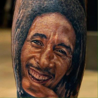 tatuaje de un retrato de Bob Marley a color