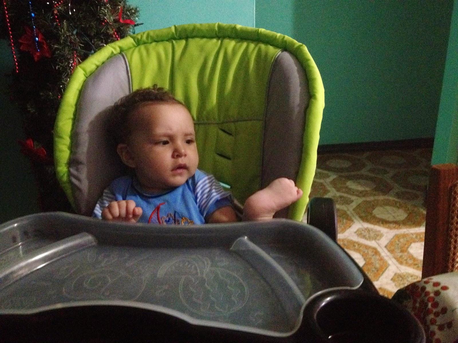 Hijo Fabián viendo su pie