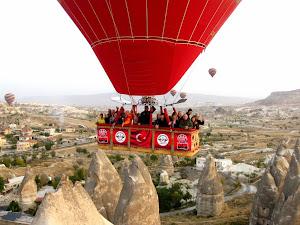 Penumpang yang menikmati suasana Cappadocia dengan balon udara