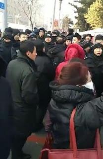 吉林长春市近千公办教师为晋升职称到省政府上访(图)