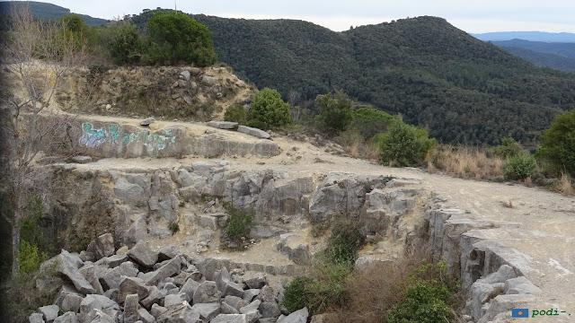 Amer, la pedrera de Santa Brígida. Al fons el Puigdalí
