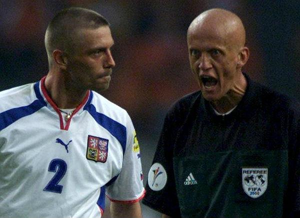 Peraturan wasit sepak bola