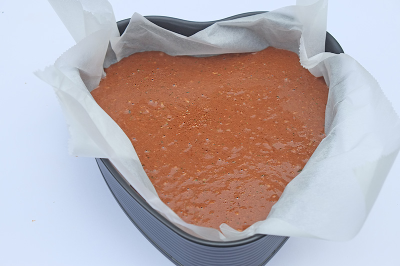 Giet het beslag in de bekleedde taartvorm.