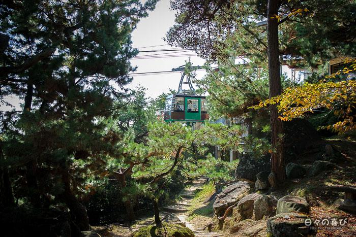 Téléphérique passant entre les arbres, Chemin de la Littérature, Onomichi, Hiroshima