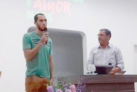 Neto cuenta testimonio en iglesia