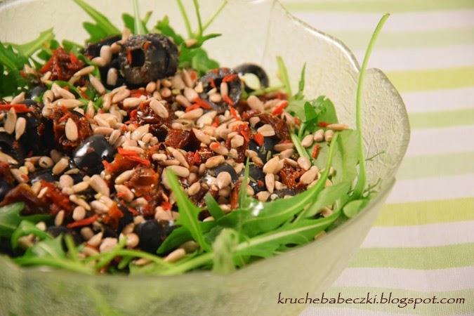 Sałatka z rukolą, pomidorem, oliwkami i słonecznikiem