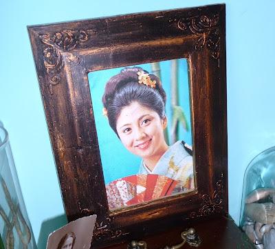 obrazek portret japonki w ramce brązowej, z faktura na powierzchni