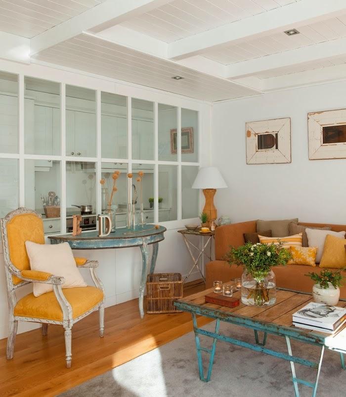 Śliczne, nieduże mieszkanko na poddaszu, wystrój wnętrz, wnętrza, urządzanie domu, dekoracje wnętrz, aranżacja wnętrz, inspiracje wnętrz,interior design , dom i wnętrze, aranżacja mieszkania, modne wnętrza,styl klasyczny, styl francuski, musztardowe dodatki, mieszkanie ze skosami, mieszkanie na poddaszu, salon,