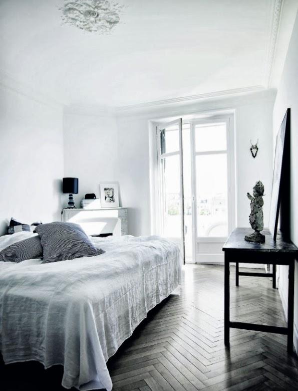 dormitorio principal con cojines a rayas sobre la cama chicanddeco