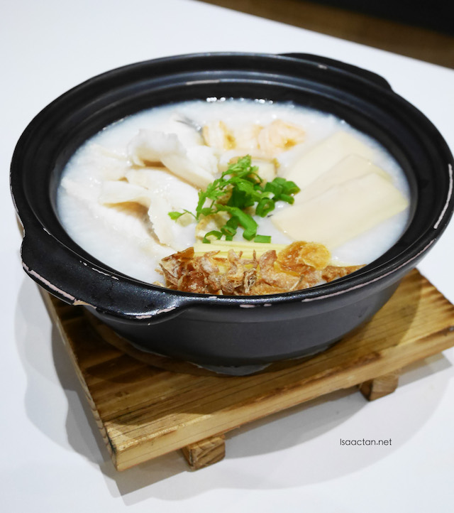 Supreme Congee with Sliced Fish, Prawn, Scallop and Sliced Mock Abalone (RM17.90)
