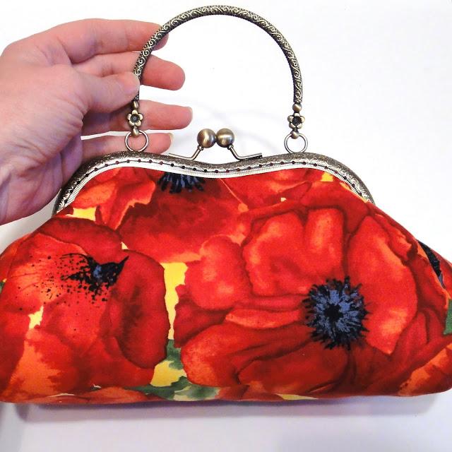 Летняя сумочка к джинсам: красные цветы, желтый фон. Темно-синяя подкладка, два кармана - подарок девушке