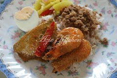 Nasi Dagang Kelantan Dengan Set Lauk Pauk Yang Lengkap