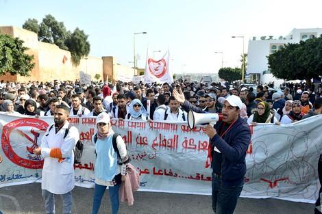 """كيفاش ..أساتذة غاضبون: إلغاء الإضراب يعود بـ""""المتعاقدين"""" إلى نقطة الصفر"""