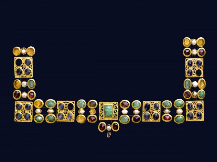 218003b43da Περιδέραιο από χρυσό και πολύτιμους λίθους μέσα 4ου αι. μ.Χ. Ρωμαϊκή  περίοδοςΜ.: 36 εκ. / Μ.πλακιδίων: 2,7 εκ. Από την Κύπρο, Πόλη Χρυσοχούς  (αρχαίο Μάριον)