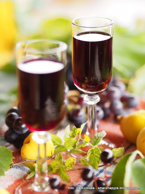 nalewki domowe, czeremcha, owoce, pigwowiec, winogrona, podlasie, przetwory, butelka, alkohol, spizarnia, spirytus, wodka, mieta