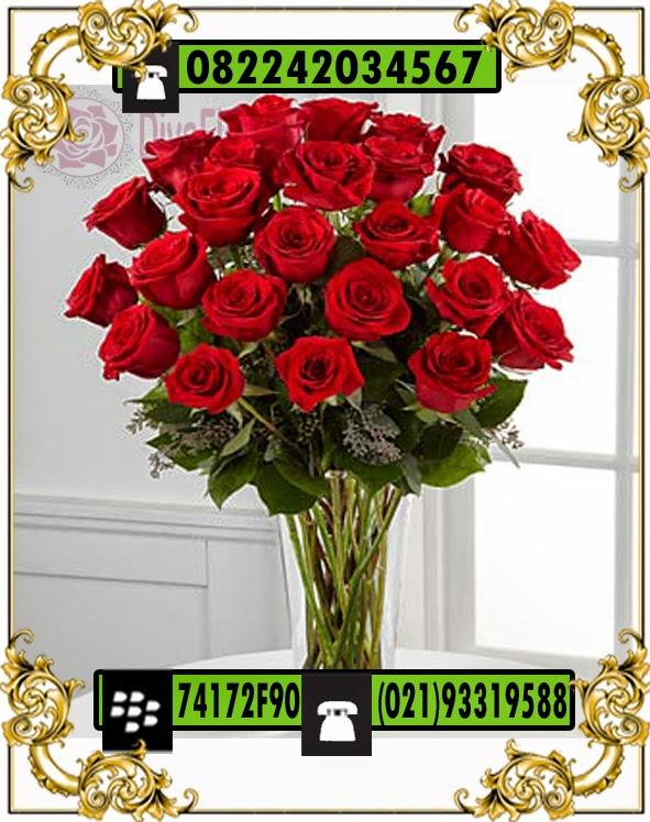 mawar merah dalam vas