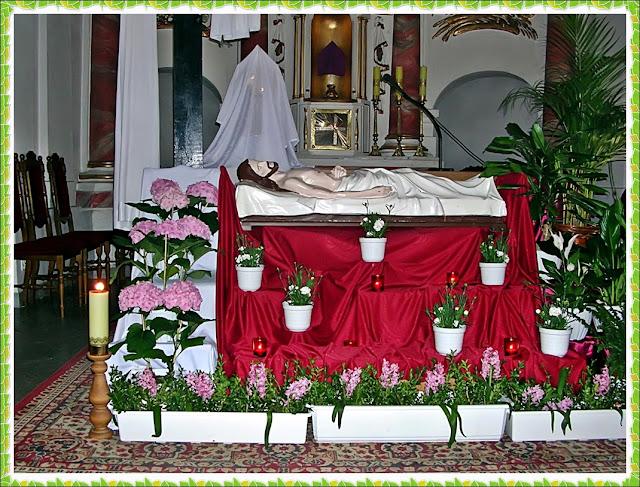 kwiaty, ołtarz, kościół w Nowym Kramsku