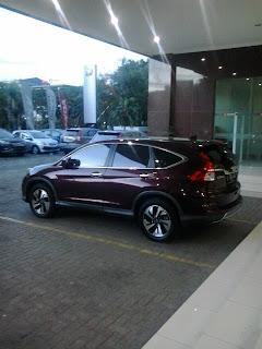 honda crv di parkir di halaman depan honda mitra jati asih, pelanggan bisa test drive unit yang lainnya juga ya