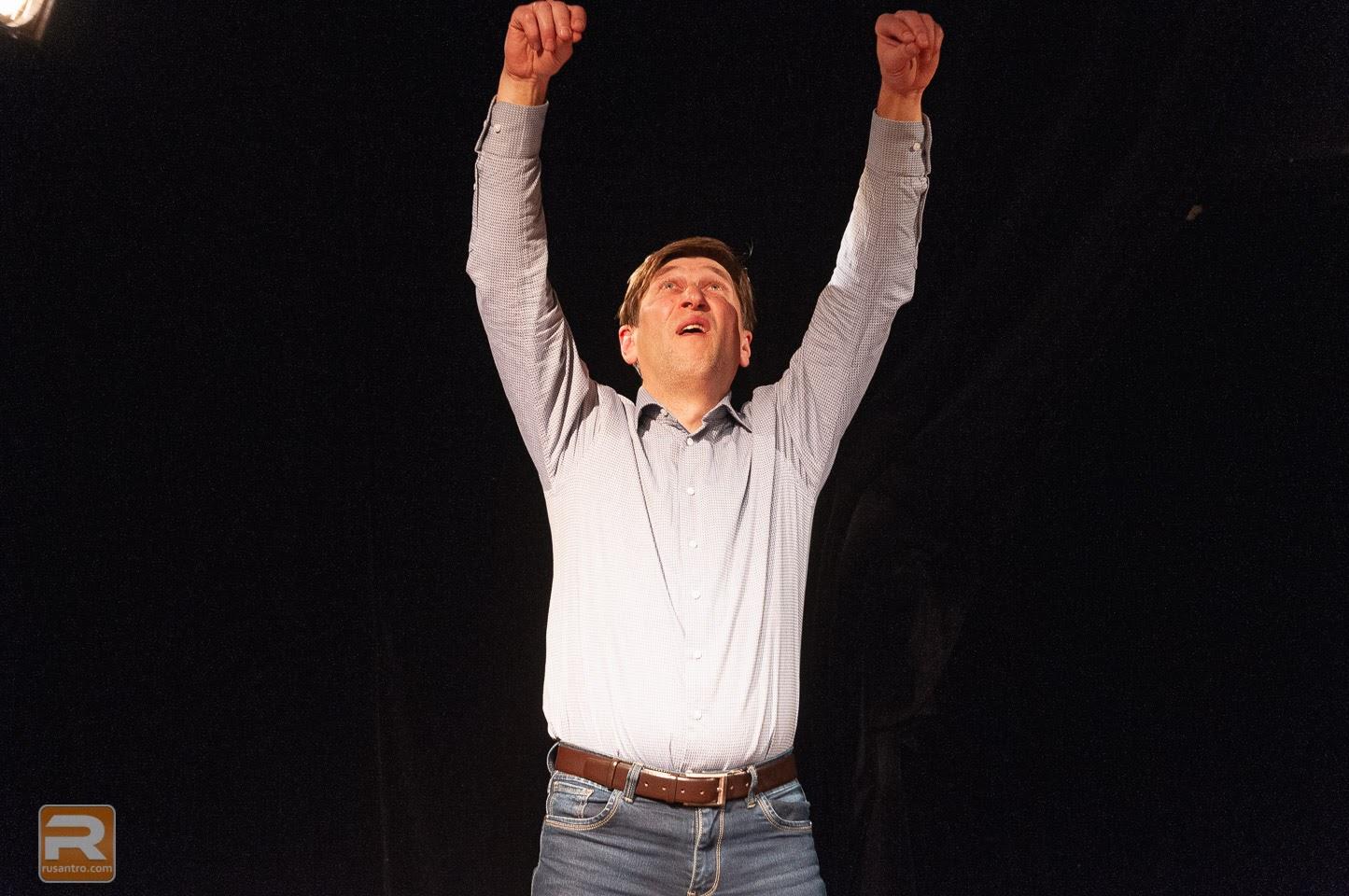 Vīrietis pacēlis rokas gaisā