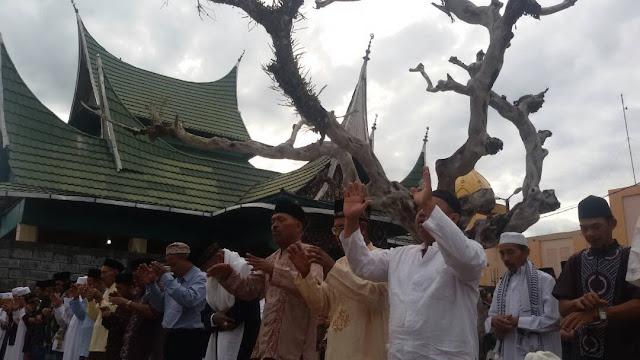 Teladani Syekh Burhanuddin, Jamaah Syatariah Salat Ied di Komplek Makam