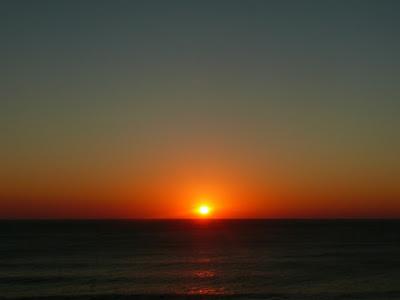 Puesta de sol: cielo rojo reflejado en el agua.