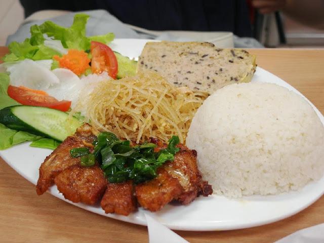 bữa cơm ngon cho khách hàng nhờ tủ nấu cơm bep36