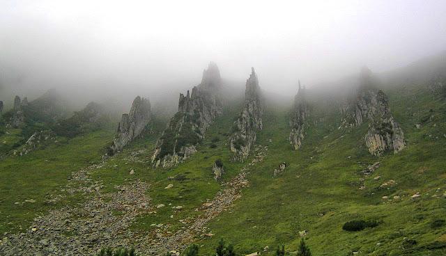 Шпицы. Скалы в тумане