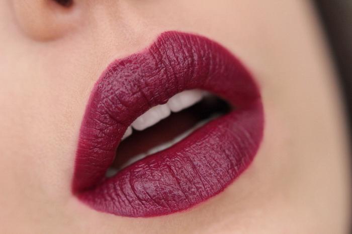 MANHATTAN Moisture Renew Lipstick Dark Night Plum 930