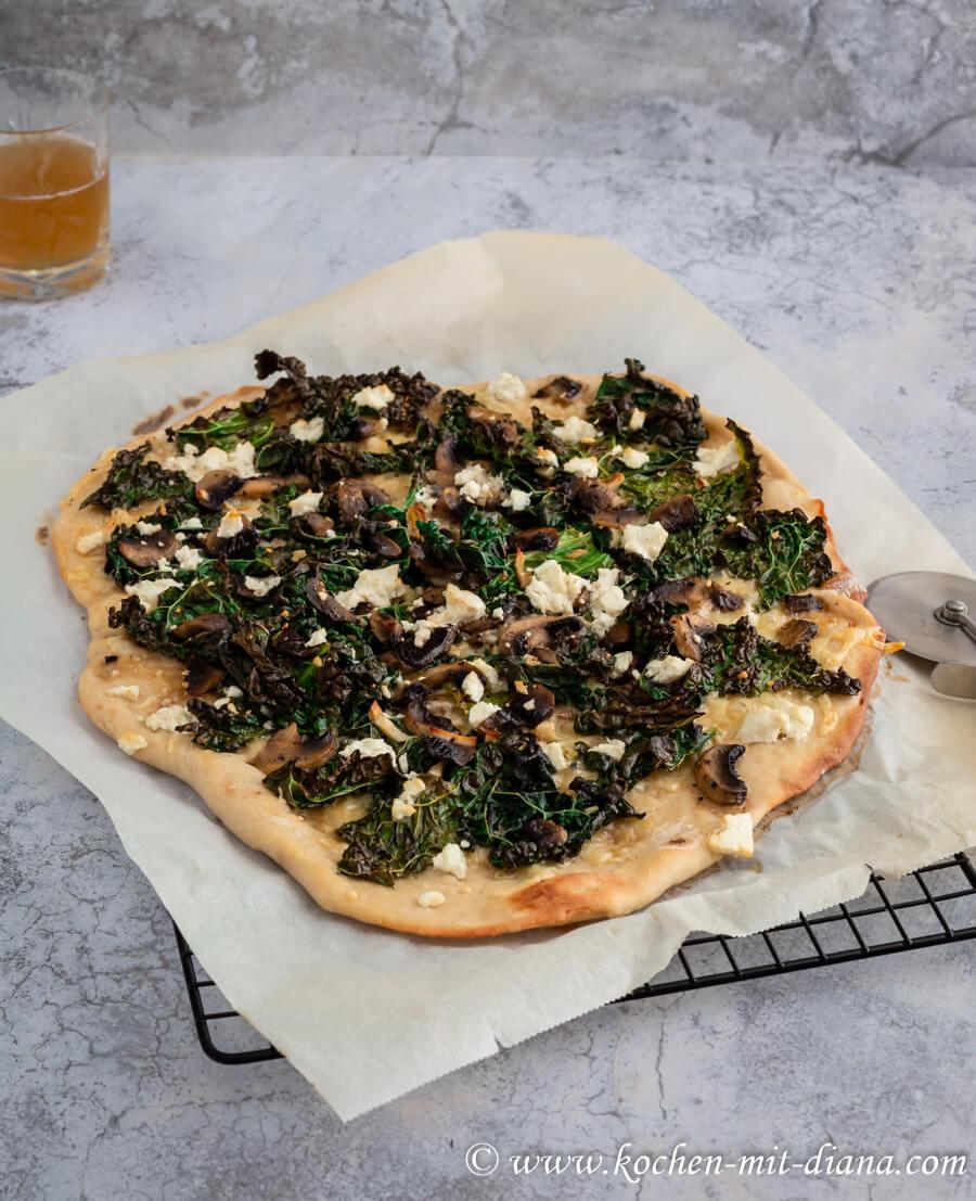 Pizza mit Grünkohl und Champignons