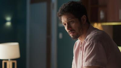 Marcos (Romulo Estrela) questiona o pai sobre Paloma (Grazi Massafera) — Foto: Globo