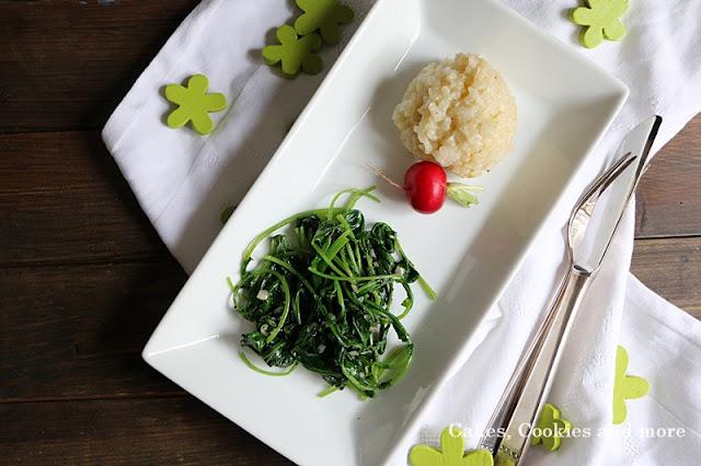 Nachhaltig kochen - gedünstete Radieschenblätter mit Risotto und einem Radieschen