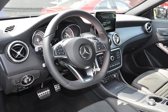Nội thất Mercedes GLA 250 4MATIC ốp nhôm sáng bóng và bắt mắt.