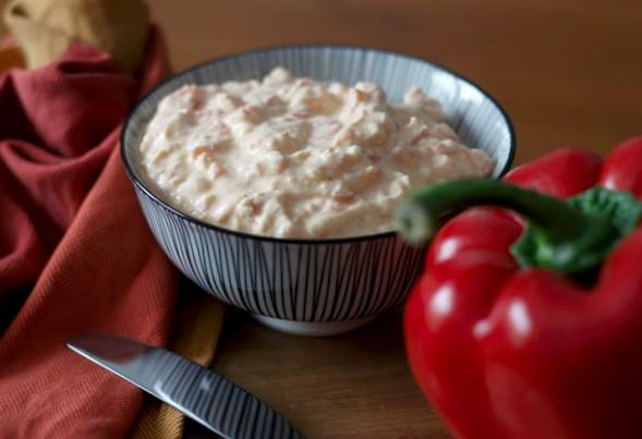 Baguette und Brotaufstrich selber machen - Paprika-Feta-Aufstrich
