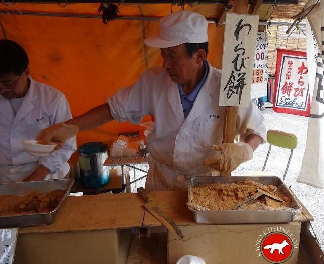 Vendeur de walabi-mochi au marché de Toji à Kyoto au Japon