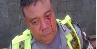 Tak Terima Ditilang pengendara Motor ini malah nonjok Polisi ! - Commando