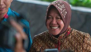 Biografi Tri Rismaharini    Tri Risma Harini terlahir di Kediri,jawa timur,20 November 1961, Ia merupakan insinyur lulusan Arsitektur dan pascasarjana manejemen pembangunan kota Intstitut Teknologi Sepuluh Nopember.Ia adalah wanita pertama yang terpilih sebagai Wali Kota Surabaya dan ia tercatat sebagai wanita pertama di Indonesia yang dipilih langsung melalui pemilihan kepala daerah.  Tri Risma Harini dulu,setamat dari SMA 5 surabaya dan diminta oleh orangtuanya untuk melanjutkkan kuliah di institut Teknologi Sepuluh Nopember (ITS),jurusan arsiterktur.padahal cita-citanya sejak kecil ingin menjadi dokter.Orang tuanya meminta ia kuliah di ITS jurusan arsitektur dengan pertimbangan yang sederhana,agar setelalh ia lulus mudah dapat pekerjaan.Sejak ia menjadi mahasiswa ITS,meski belum lulus ia sudah mendapatkan uang sendiri dengan membantu pekerjaan proyek-proyek pemkot Surabaya.  Setamat ia kuliah mencoba mendaftar sebagai PNS  di Bojonegoro (Jatim),Setelah lima tahun menjadi PNS di Bojonegoro  lalu ia pindah ke Surabaya dan medapatkan beragam tugas,dari menjadi kepala seksi tata ruang dan tata guna tanah bapekko,  kepala seksi pendataan dan penyuluhan dinas bangunan, kepala cabang pertamanan, kepala bagian penelitian dan pengembangan, kepala dinas kebersihan dan pertaman, serta kepala badan perencanaan pembangunana kota Surabaya.Dan sekarang ia terpilih