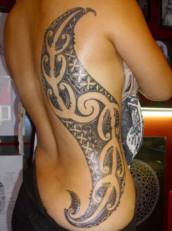 Una mujer con un tatuaje en las costillas